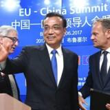 Kinas premierminister Li Keqiang (midt), formand for EU-Kommissionen, Jean Claude Juncker (venstre) og EU-præsident Donald Tusk (højre).