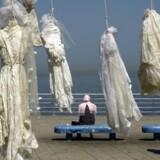 Aktivister forsøgte lørdag med en makaber installation at påvirke Libanons politikere til at skrotte en lov, som gør voldtægtsforbrydere straffri, hvis de gifter sig med deres offer.