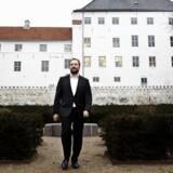 Direktør Mads Bøttger foran Dragshom Slot.