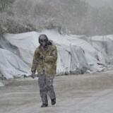 De sommertelte, som mange flygtninge kalder for hejm i Moria-lejren på Lesbos, kan ikke modstå snemasserne.