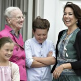 Dronning Margrethe med kronprinssesse Mary, prinsesse Isabella og prins Christian under den årlige sommerfotografering på Gråsten Slot.