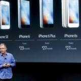 Den nye iPhone SE blev præsenteret af Apple mandag aften lokal tid i techgigantens hovedkvarter i Cupertino, Californien. På forhånd svirrede det med rygter om, at der vil komme en ny, mindre iPhone, og den forudsigelse viste sig at holde stik.