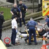 London blev onsdag ramt af et terrorangreb, hvor fem personer mistede livet. Ifølge de britiske myndigheder stod 52årige Khalid Masood bag angrebet. Han døde selv og ses her blive båret væk.