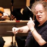 Arkivfoto af den nu 74-årige operadirigent James Levine taget i 2007. Levine har været dirigent og musikdirektør på The Metropolitian Opera gennem 40 år, men er nu blevet suspenderet efter anklager om seksuelle krænkelser.