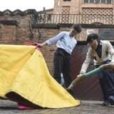To colombianske drenge leger tyrefægtning under en demonstration til fordel for otte såkaldte »novilleros« – unge tyrefægtere – der sultestrejker på grund af myndighedernes beslutning om at lukke tyrefægterarenaen Plaza de Toros de Santamaría i Colombias hovedstad, Bogotá. Foto: Luis Acosta