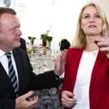 ARKIVFOTO. Lars Løkke Rasmussens rod med bilagene kan give momentum til Helle Thorning-Schmidt, som kan finde på at udskrive et folketingsvalg tidligere. Her ses de begge til Løkkes 50 års fødselsdagsreception i Marketenderiet i Valby.