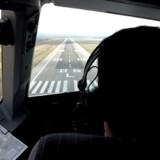 Det er noget helt særligt at opleve en landing fra cockpittet, fremfor at sidde sammen med resten af passagererne.