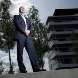 Chefen for McDonald's i Danmark, Stephen Shillington, står midt i indslusningsmørket.