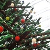 Legoklodser vil fylde godt under især de amerikanske juletræer i år. Her et træ lavet af Lego - det står på en station i London og er 12,2 meter højt.