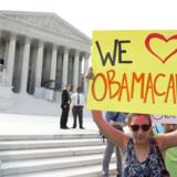 Tilhængere af Obamas sundhedsreform samledes foran Højesteret før dommen.