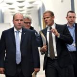 Forsvarsminister Søren Gade (tv) med Jacob Winther (yderst til højre)