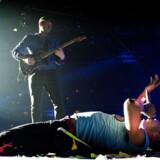 Forsanger Chris Martin vred sig for publikum, da bandet gæstede Parken i København 28. august 2012.