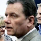 Pia Kjærsgaard (tv) mener, at de Konservatives formand Lars Barfoed (forrest) er gået i panik allerede på andendagen af valgkampen.