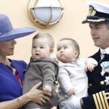 Kronprinsparret med tvillingerne prins Vincent og prinsesse Josephine - her på kongeskibet Dannebrog i august 2011.