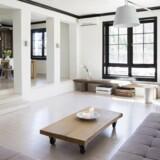 I stuen kombineres en gammel kirkebænk med moderne design.Hanne Saarinen har selv designet den særligt brede sofa og tv-møblet. På den måde passer det perfekt ind i stuen og stilen.