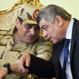 Den egyptiske hærchef, Abdul Fattah al-Sisi (tv.), overvejer selv at stille op til præsidentvalget næste år. Her i samtale med indenrigsminister Mohamed Ibrahim.