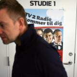 Mens TV  2 Radio kæmper for at vinde lyttere, holder lyttermagneten Casper Christensen pause i tre mpneder for at skrive TV-serien Klovn.