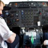 De to piloter fløj hen over den internationale lufthavn i Hilo og videre 48 kilometer ud over havet på autopiloten.