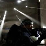 Syriske oprørere har barrikaderet sig i Karmal Jabl-nabolaget i det centrale Aleppo i Syrien. Politiets Efterretningstjeneste, PET, fortæller, at mindst 65 unge mænd fra Danmark er rejst i krig i Syrien og frygter, at nogle af de udrejste vil blive radikaliseret og trænet til terror, som det skete med Hammad Khürshid, der i 2008 blev idømt 12 års fængsel som den drivende kraft i terrorplanerne i Glasvej-sagen.