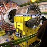 CERN, det store fælleseuropæiske fysikforsøg i Geneve, har udsendt et varsel om, at forskerne bag det opsigtsvækkende resultatet har fundet to fejlkilder, som nu skal undersøges nærmere.