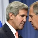 USAs udenrigsministre John Kerry (tv.) og Ruslands Sergej Lavrov giver hinanden hånd på aftalen om Syriens kemiske våben.