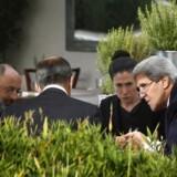 USAs udenrigsministre John Kerry (th.) og Ruslands Sergej Lavrov (med ryggen til) under slutningen af forhandlingen om de kemiske våben i Syrien. Her sammen med deres respektive rådgivere.