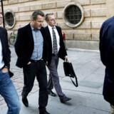 Forfatteren til den omstridte bog, Thomas Rathsack, ankommer sammen med forslagsdirektør Jakob Kvist og deres advokat Tyge Trier til fogedretten i dag.