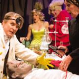 It's alive! Vivienne McKee og hendes kumpaner tager stadig strøm på hvad som helst i årets Crazy Christmas Cabaret.
