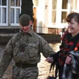 En soldat hjælper en borger i byen Carlisle i engelske Cumbria i det nordvestlige England, som blev særligt hårdt ramt af oversvømmelser i forbindelse med stormen Desmond.