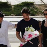 Skuespilleren Christian Bale lagde blomster ved biograf-massakren i Colorado. 12 mennesker mistede livet og 58 blev såret, da en bevæbnet mand trængte ind i biografsalen.