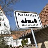 Haderslev i Sønderjylland har som den første danske by fået et byskilt på tysk. Det er almindeligt i Nordtyskland med tosprogede skilte, men herhjemme har der været meget modstand mod skilte på tysk, selv om det tyske mindretal i mange år har ønsket det. I Tønder afviser man til gengæld idéen.