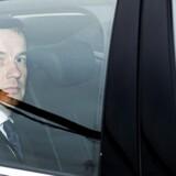 Nu forhenværende udviklingsminister Christian Friis Bach (R) på vej til sin afskedsaudiens hos dronningen på Amalienborg.