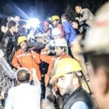 En såret minearbejder bæres af redningsfolk i Manisa.