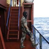 """Søfarten ønsker en mere omfattende strategi omrking beskyttelse af danske handelsskibe i piratfarvand. På billedet ses en fransk soldat, ombord på frigatten """"le Floreal"""", sm i begyndelsen af 2009 ekskorterede det gode skib """"the Puma Svendborg""""."""