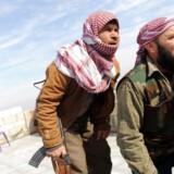 Syriske oprørere nægter at samarbejde med Røde Halvmåne, som de mener er i lommen på Assad. Dansk Røde Kors vurderer, at kritikken er urimelig.