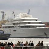 Den russiske milliardær Roman Abramovichs megayacht, som er den største privateejede yacht. Den er udstyret med et missilsystem, helikopterplatform, et miniature-ubåd og luksus spa.