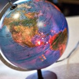 28. januar modtog skatteminister Holger K Nielsen 7.000 underskrifter fra danskere der vil have internationale skattely lukket. Skatteministeren satte ved overrækkelsen tre propper i globussen her for at illustrere den indsats, Danmark har gjort mod internationalt skattesnyd.