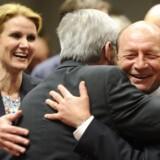 Luxembourgs premierminister og Eurozone-præsident Jean-Claude Juncker (tv.) omfavner den rumænske præsident Traian Basescu (th.) i Bruxelles i en pause under forhandlingerne om finanspagten, der faldt på plads her til aften mandag den 30. januar 2012.