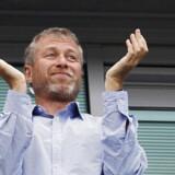 Russiske Roman Abramovich er god for mere end 12 mia. dollar og er verdens 68. rigeste person. Her klapper han under en fodboldkamp mellem Chelsea FC (som han ejer) og Blackburn Rovers.