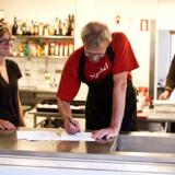 Køkkenchef hos Smagsdommerne, Carsten Lunding, skriver under på kontrakten med Asylbureau og vil for fremtiden få en iraker ansat i køkkenet hos Mellemfolkeligt Samvirke.