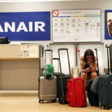 En strandet Ryanair-passager i Madrid tjekker hendes telefon på den første dag for den store strejke i adskillige europæiske lande. REUTERS/Susana Vera