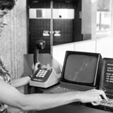 Sådan så nogle af de første Minitel-terminaler ud. En kvinde i Issy-les-Moulineaux uden for Paris viser stolt, hvad hun kan, tilbage i august 1979. Foto: AFP/Scanpix