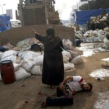 De egyptiske sikkerhedsstyrker slog kort efter daggry til mod demonstranternes teltlejre i Cairo. I løbet af dagen omkom langt over 100 egyptere i de voldsomme kampe. De fleste af dem var tilhængere af den afsatte præsident Morsi.