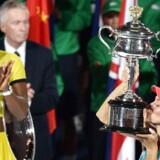 Serena Williams (tv) havde efter det uventede nederlag på 4-6, 6-3, 4-6 i Melbourne overskud til smilende at lykønske den lykkelige tysker, der erobrede sin første grand slam-titel i karrieren.