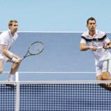 Jonathan Marray og Frederik Løchte Nielsen vandt Wimbledons herredouble-række i 2012. Triumfen bliver ikke gentaget i år. Mandag aften blev de sendt ud af turneringen med et nederlag mod det andet-seedede par Ivan Dodig/Marcelo Melo.