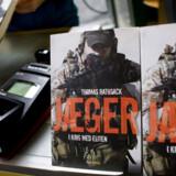 Der var godt gang i salget, da Thomas Rathsacks omstridte bog »Jæger – i krig med eliten« i går kom på markedet. Boghandlerne Arnold Busck og Bog & Idé meldte om stigende interesse, som dagen skred frem, og hos internetforhandleren Saxo.com blev der sendt 1.000 eksemplarer af bogen af sted til kunder – de fleste forudbestillinger.