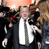 Lars Løkke Rasmussen (V) på vej til spørgetime i Folketinget tirsdag 20. maj 2014 omringet af journalister, der hellere vil høre mere om hans tøjsag.