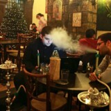 Syriske unge ryger vandpibe på café i Damaskus i Syrien. En ny, omfattende undersøgelse viser, at over halvdelen af de unge i arabisktalende lande er stolte over at være araber efter Det Arabiske Forår, og tre ud af fire mener, at fremtiden tegner lyst.