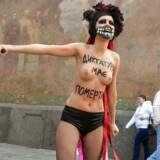 Feministbevægelsen Femen er aktiv i demonstrationerne i Ukraine. Kvinden er klædt ud som døden og bærer ordene: Dictatorship must die.