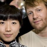 Flere EU-eksperter mener, at Danmark ved  at opgive det retslige EU-forbehold, kunne få reel og opstrammende indflydelse på den fælles udlændingepolitik og dermed undgå forskellen mellem EUs og danske regler for for eksempel familiesammenføring. Regler som mange danskere har oplevet de bevidst ikke er blevet vejledt om – for eksempel Loke Busch og hans kone Xiapei (billedet), der boede unødigt lang tid i Sverige.
